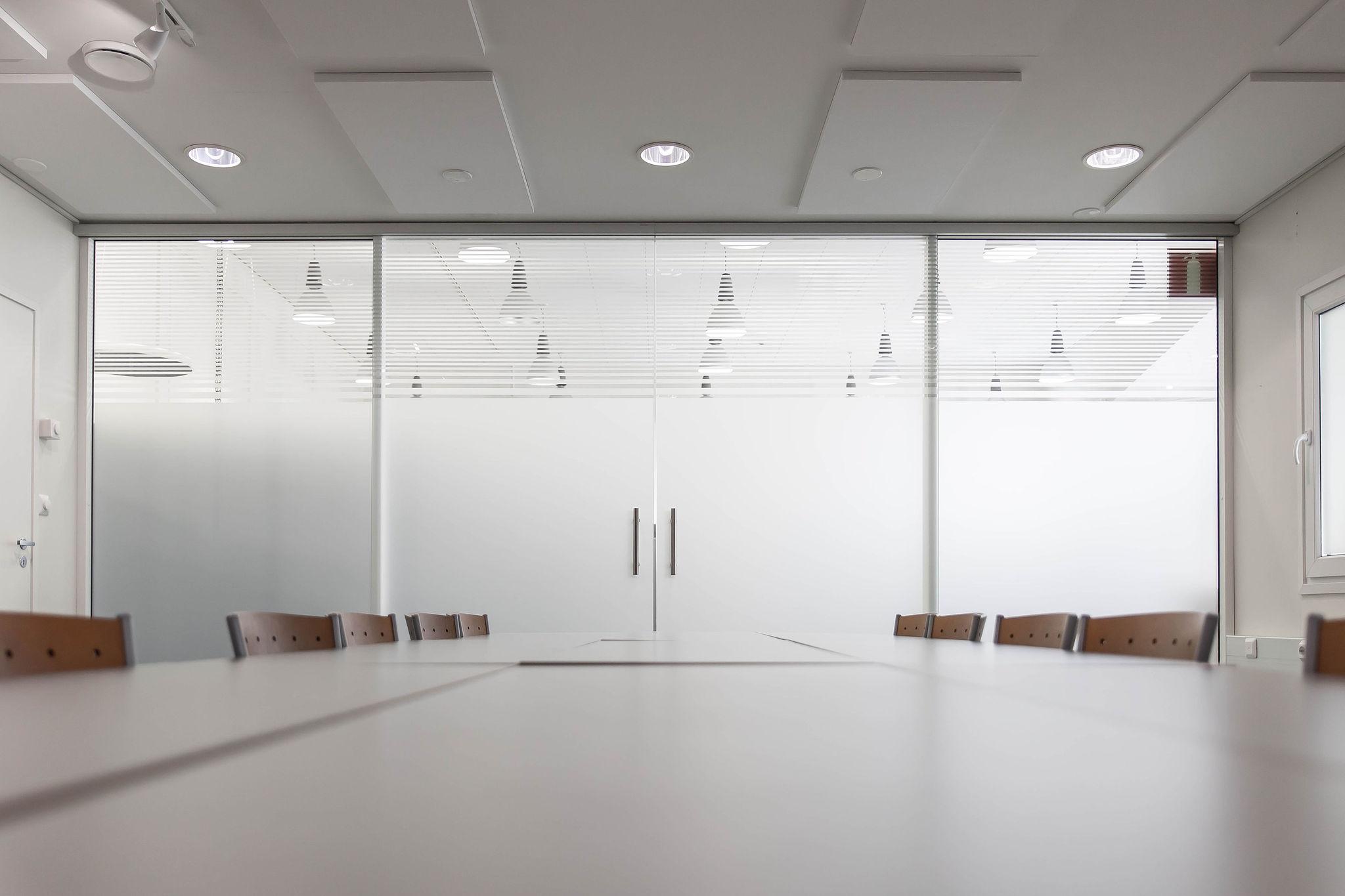 Neuvotteluhuoneen lasiseinät toteutti Glasek Oy